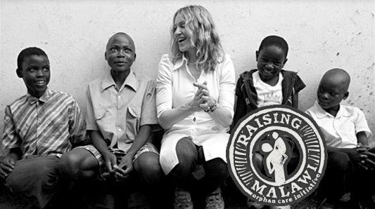 Madonna distribue des cadeaux de Noël au Malawi