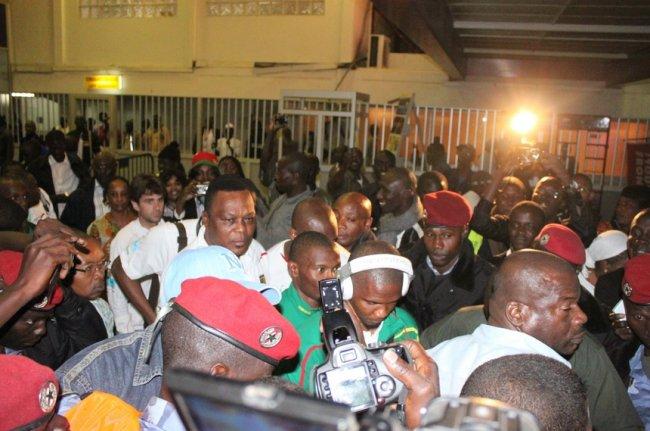 Sport : L'arrivée des Lions indomptables à Dakar (Sénégal) – L'émeute !