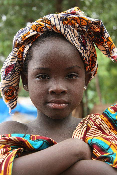 La petite fille et son foulard pagne
