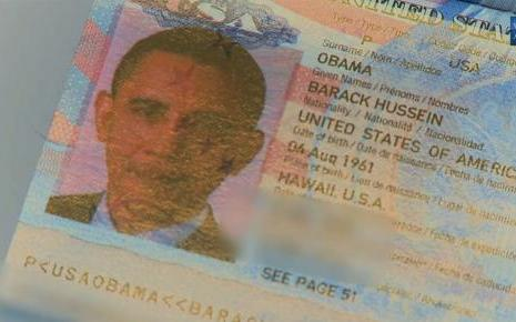 Un douanier suspendu pour une photo avec le passeport d'Obama