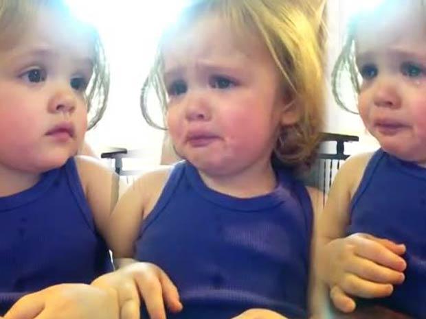 Vidéo : Une petite fille pleure en écoutant la chanson de mariage de ses parents