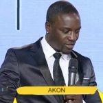 """Vidéo : Akon parle de son projet """"Akon Lighting Africa"""" sur la RTI"""