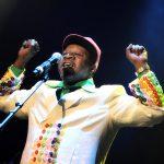 News : Victime d'un malaise, Papa Wemba tombe en pleine prestation au FEMUA...