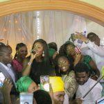People : Tiwa Savage s'invite au mariage d'une de ses fans